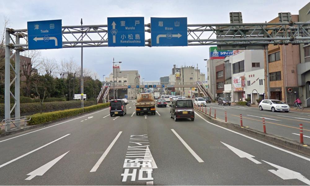 ① 国道11号線と国道55号線との交差点(徳島県庁西側交差点)を南へ約6km直進