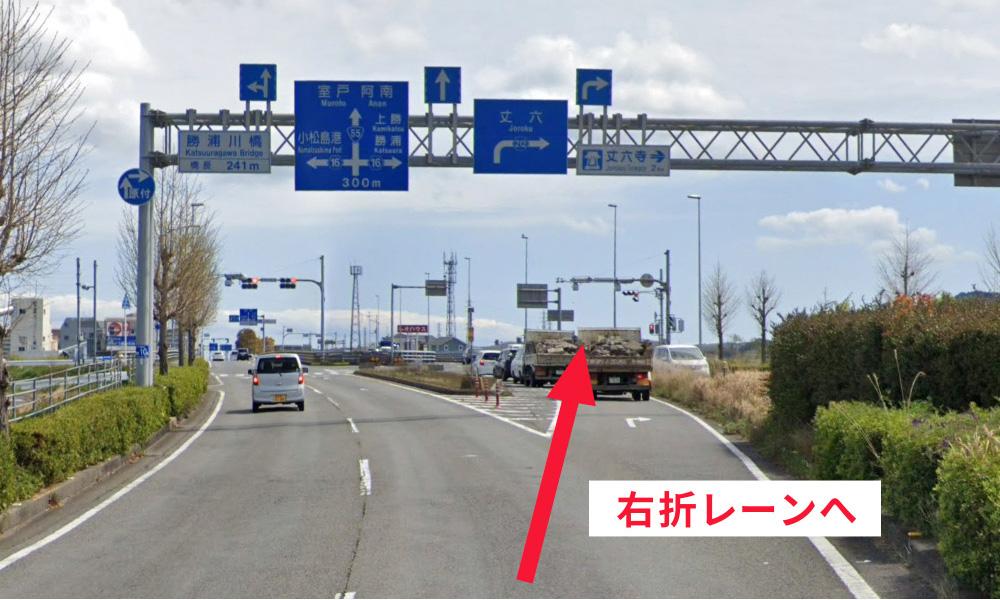 ② 勝浦川橋の手前で右折専用レーン(丈六方面)へ入る