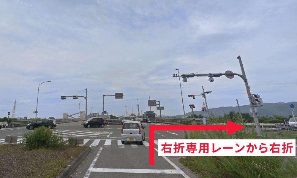 ③ 勝浦川橋の北詰めで右折専用レーンから県道212号線へ右折