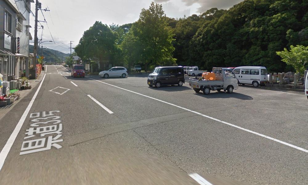 ⑩ ハ多バス停を通過し、さらに道なりに直進