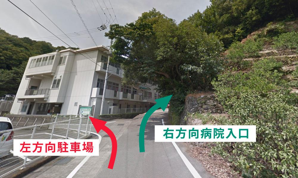 ⑬ 約50mほど進むと、左側に駐車場に入る分かれ道があります。駐車場にお車を停められましたら、右方向の入り口にお進みください。